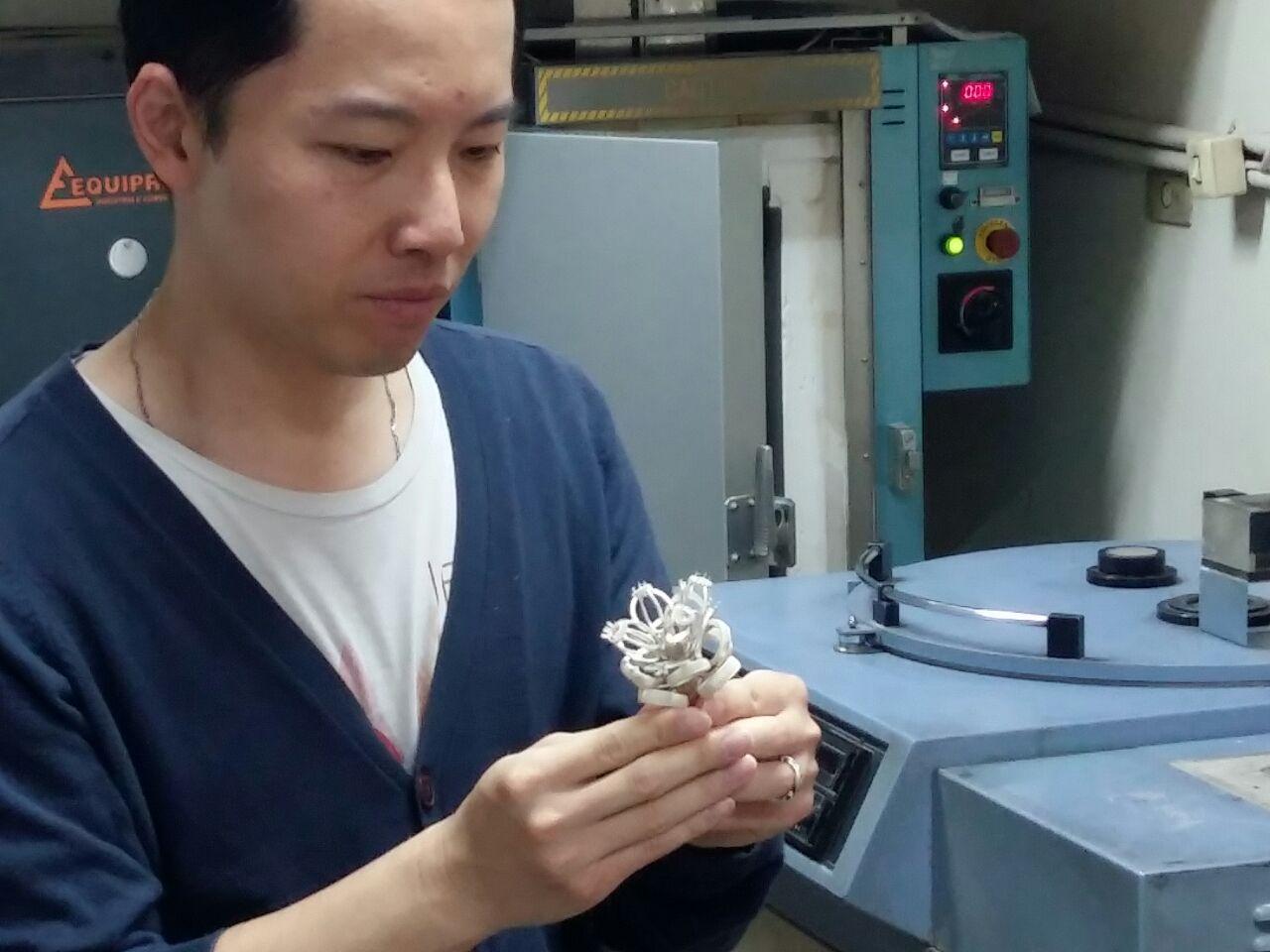 aluno e arvore em metal